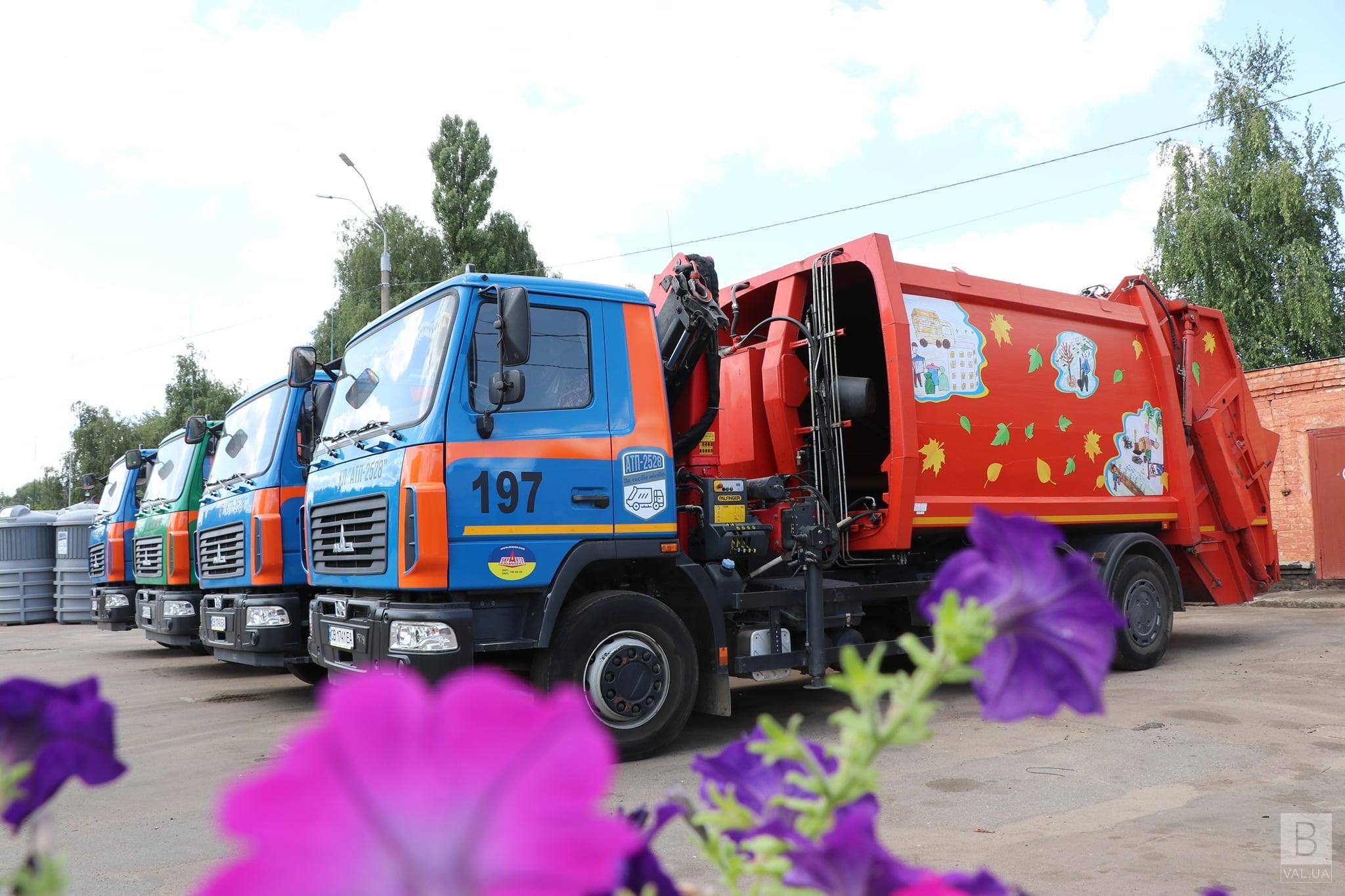 У Чернігові вирішили прикрасити сміттєвози дитячими малюнками. ФОТО