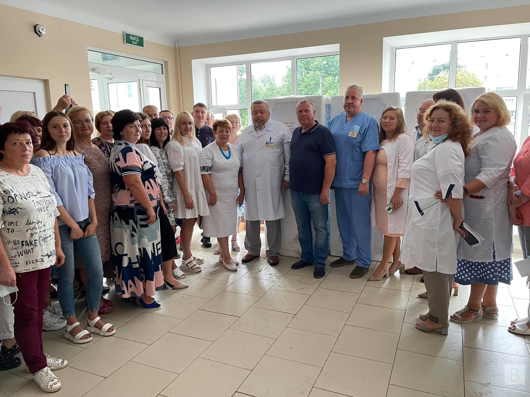 До 70-річчя обласної лікарні команда «Батьківщини» подарувала 10 холодильників та 10 мікрохвильовок