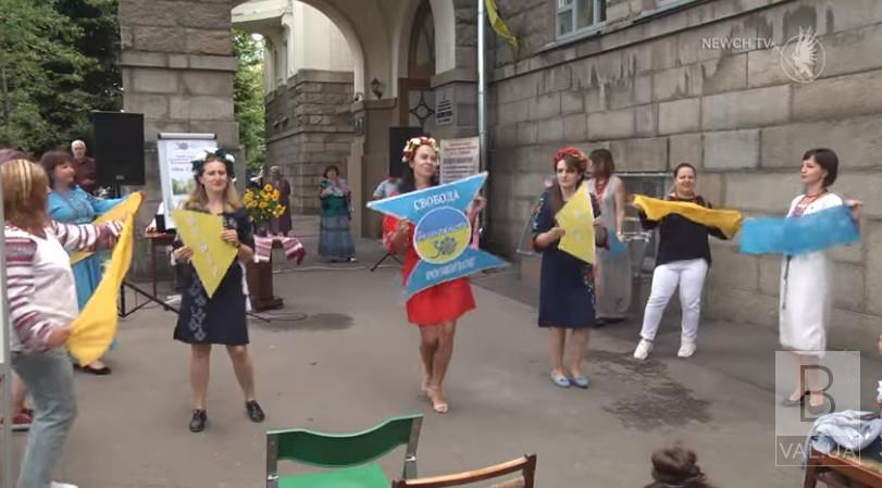 Танцюючі бібліотекарі: у Чернігові працівники бібліотеки Короленка влаштували флешмоб просто неба