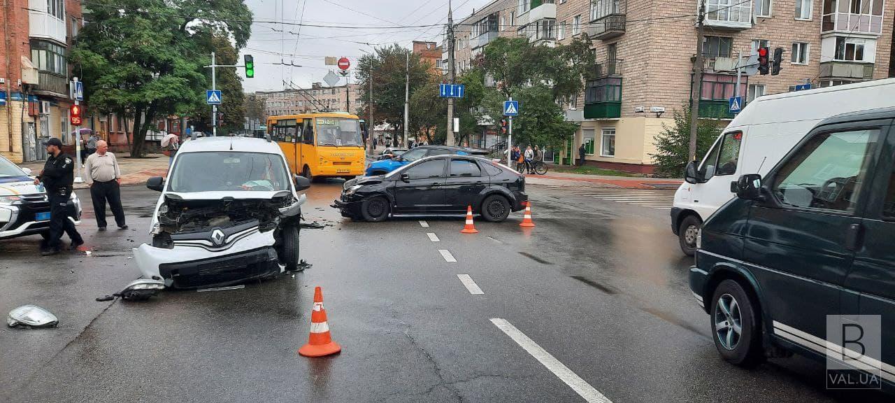 ДТП на Красному мосту: не розминулись «Renault Kangoo» та «Ford Focus». ФОТО