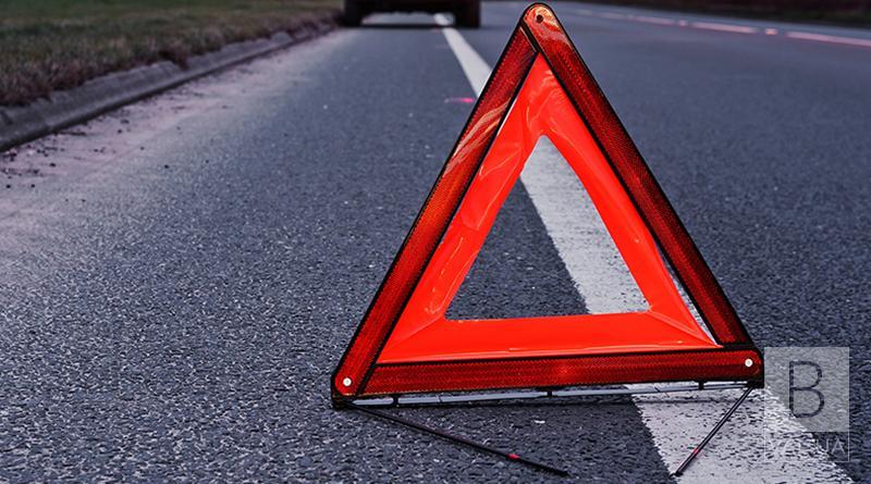 У селищі Талалаївка водій «ВАЗу» в'їхав в автівку, а потім збив пішохода