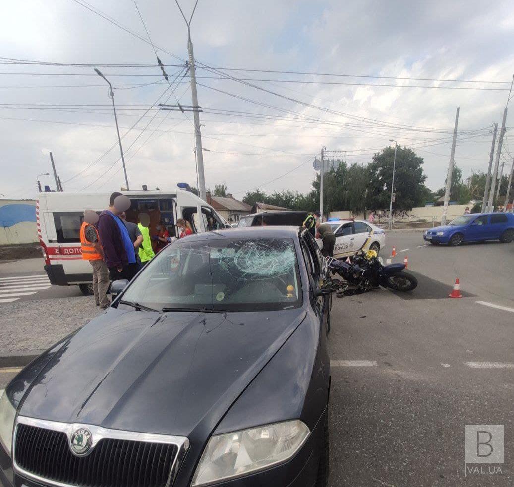 У Чернігові на П'яти кутах зіткнулись авто та мотоцикл: травмувалась жінка