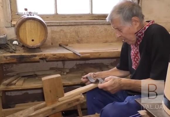 Останній бондар: на Чернігівщині чоловік понад 80 років майструє діжки