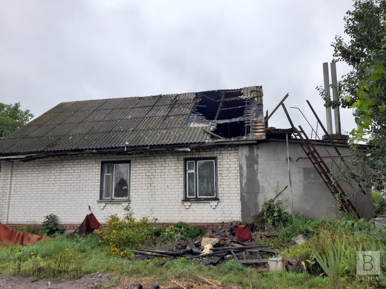 У Павлівці молнія влучила у житловий будинок: згоріла частина даху