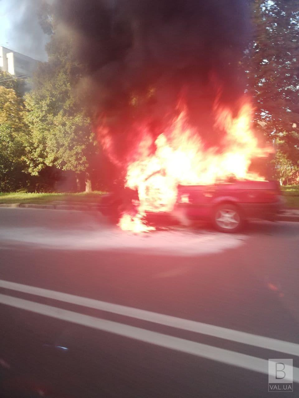 У Чернігові біля обласної лікарні горіла автівка. ФОТОфакт