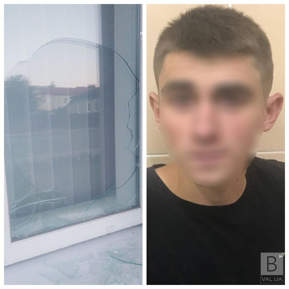 Посварився з дівчиною: 18-річний чернігівець розбив вікно в адміністративному суді