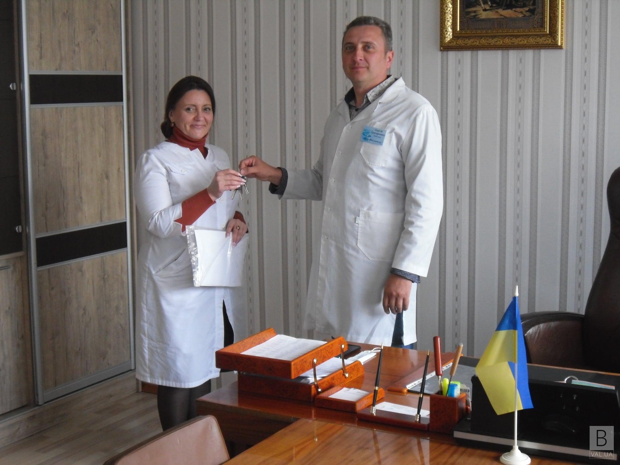 У Корюківці лікарка отримала ключі від нової квартири