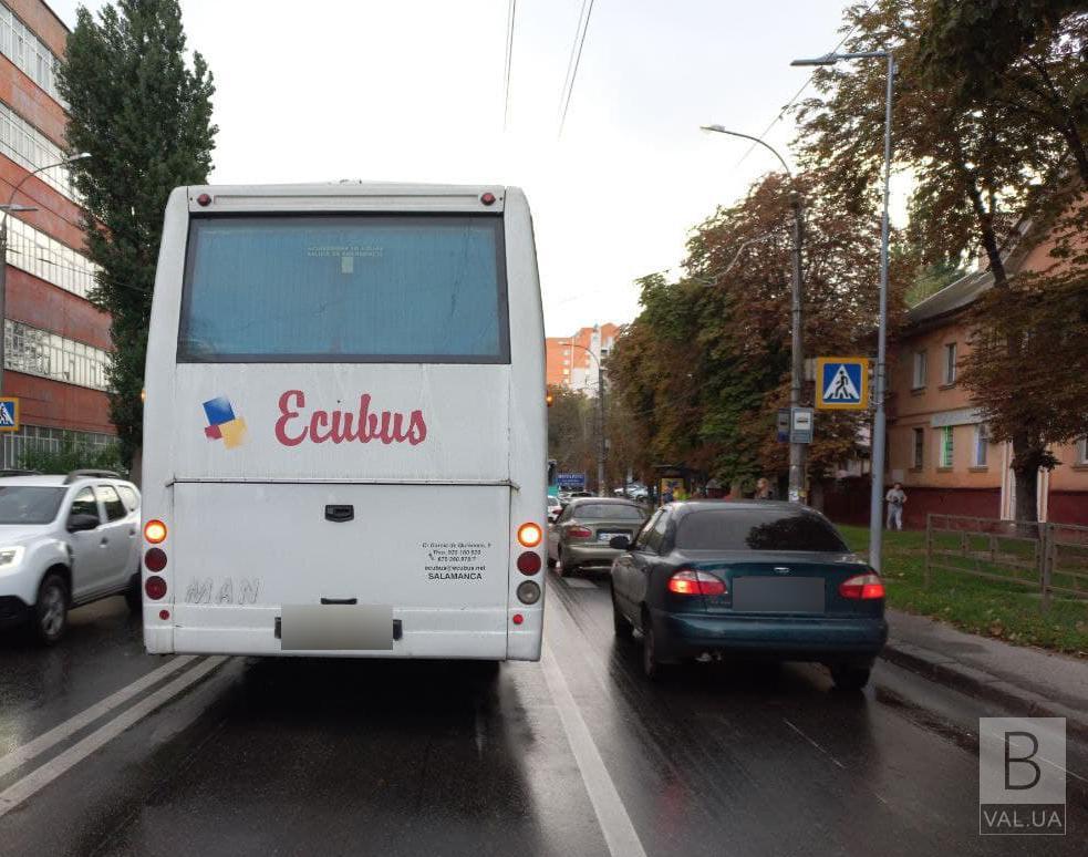 У Чернігові не розминулись автобус та легковик: травмувалася жінка
