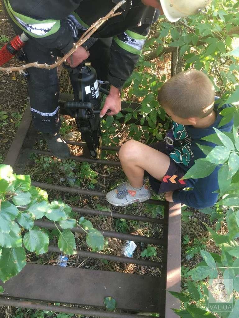 У Козельці рятувальники вивільняли 10-річного хлопчика, який застряг в конструкції естакади