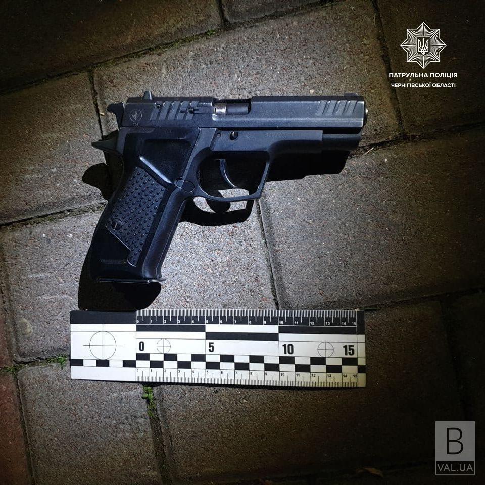 У центрі Чернігова агресивний чоловік погрожував перехожим пістолетом