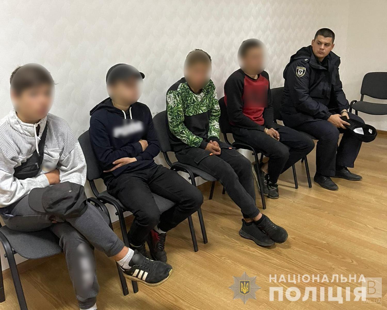 На Чернігівщини затримали чотирьох молодиків, які вночі вдерлися в хату пенсіонерки, побили та пограбували її. ФОТО