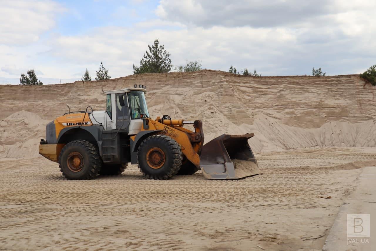 Розриті вулиці, зупинений ремонт: Чернігову не вистачає 4-5 тисяч тонн піску