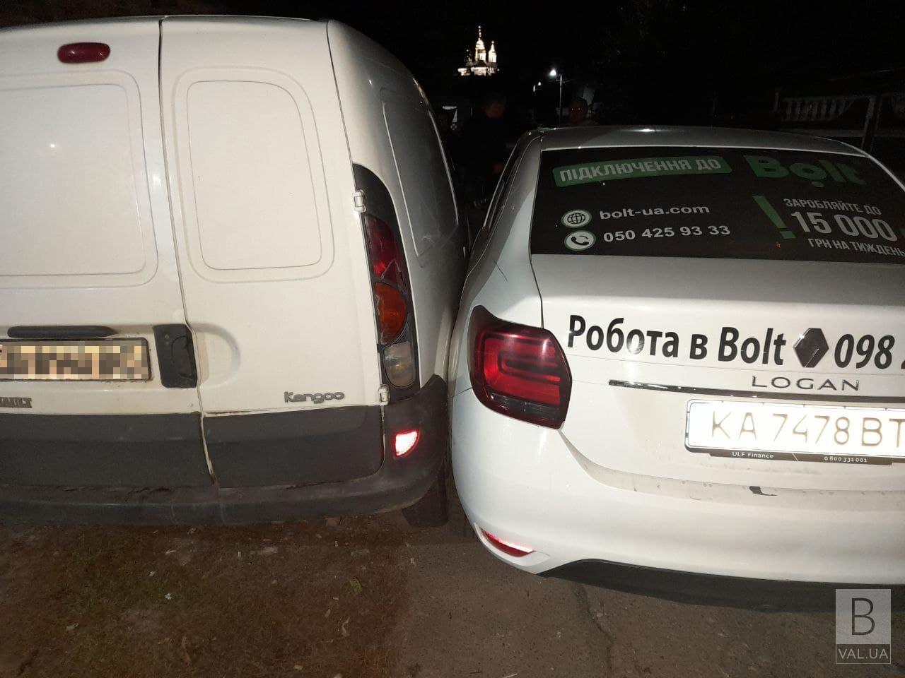 У Чернігові протягом декількох годин сталися дві ДТП за участі таксі Вolt. ФОТО