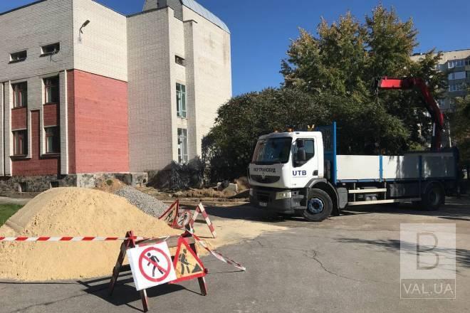 У чернігівській міській лікарні №2 будують пандус. ФОТО