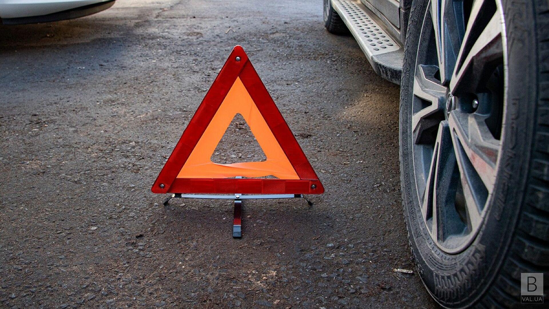 Під Черніговом позашляховик зіткнувся з легковиком: є травмовані