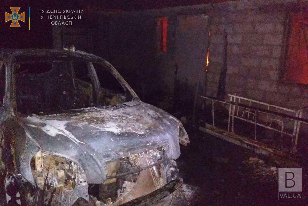 На Чернігівщині підпалили сарай. Разом із спорудою згоріла автівка