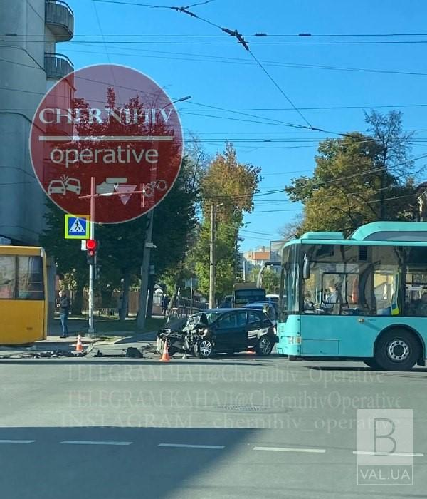 На перехресті Гончої та проспекту Перемоги легковик зіткнувся з тролейбусом: травмувалися 4 людей