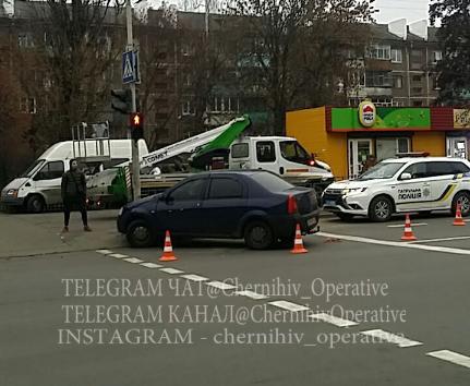 На проспекті Перемоги водій «скерував» автівку в світлофор. ФОТОфакт