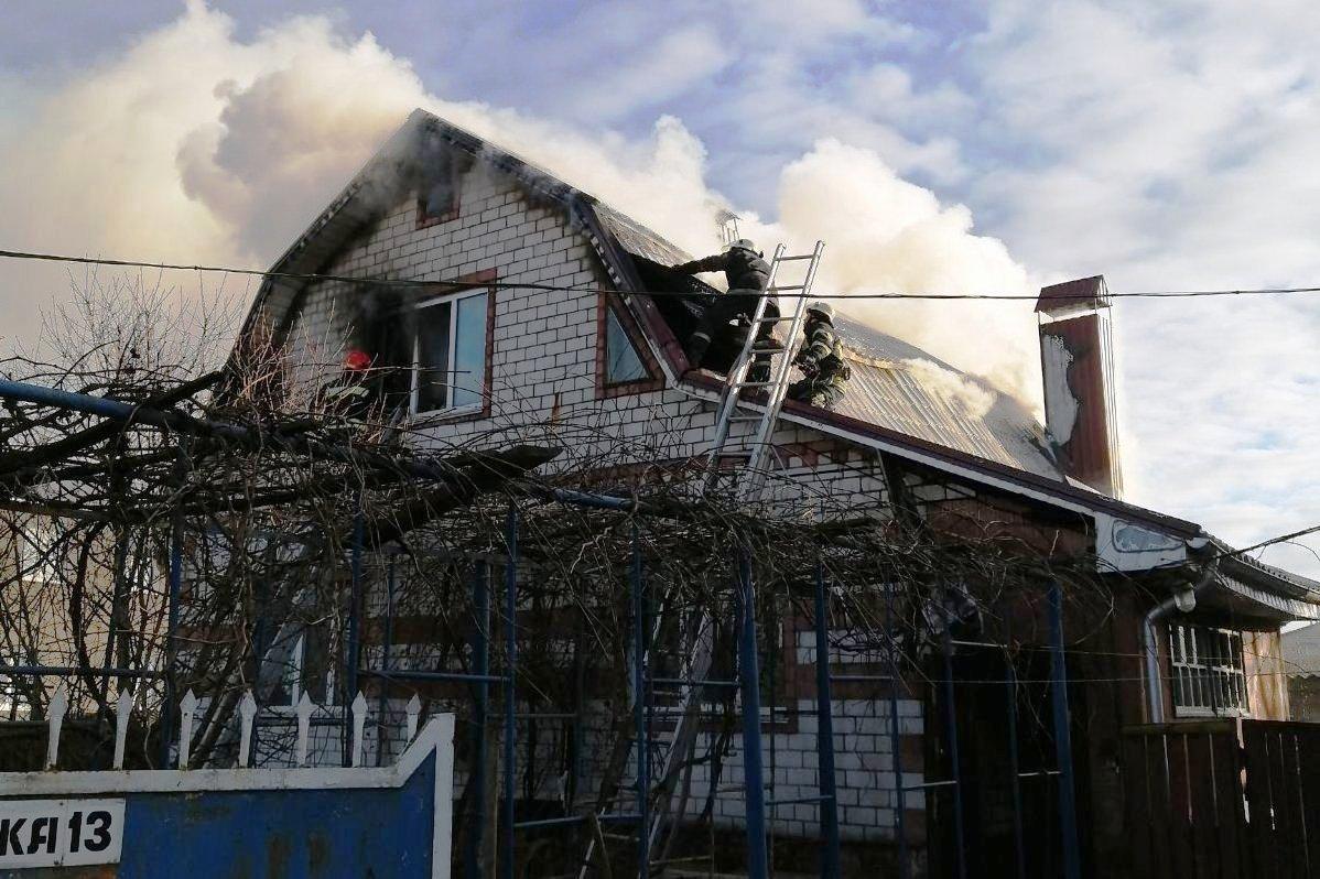 У Чернігові згорів двоповерховий житловий будинок. ФОТО, ВІДЕО