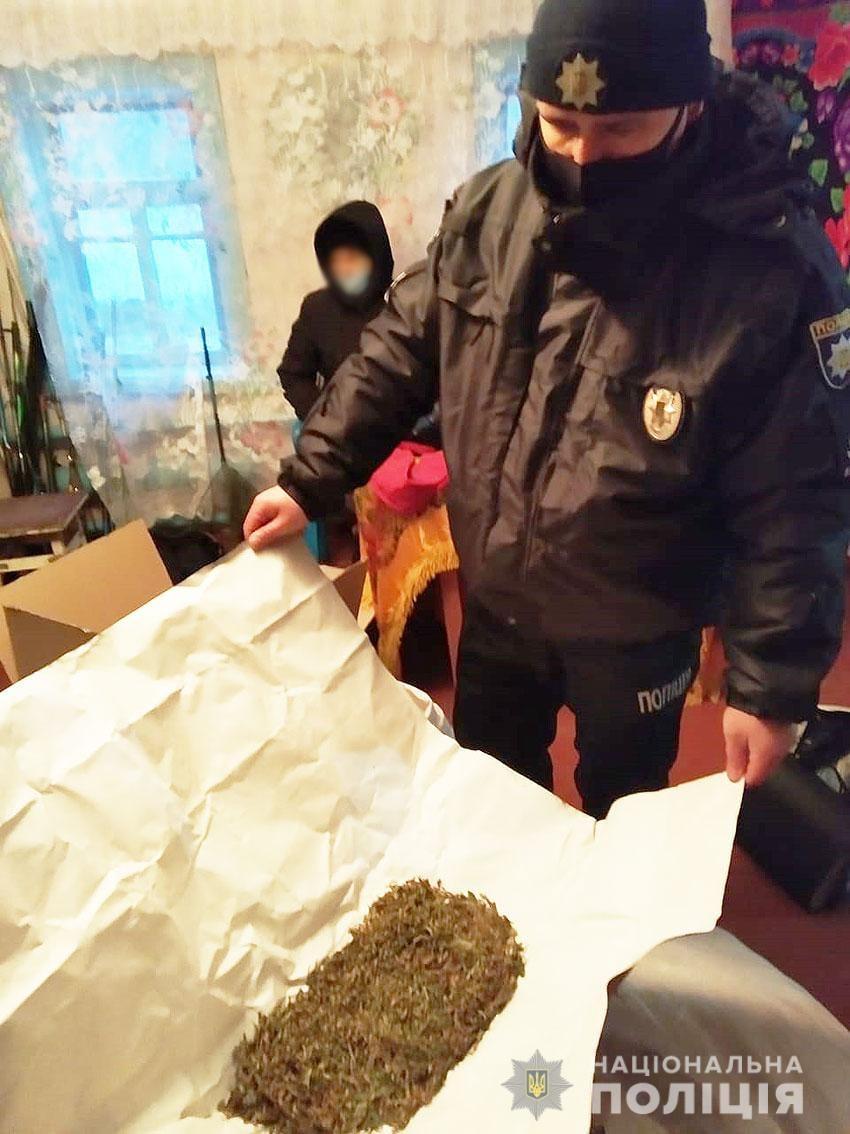На Сновщині поліція вилучили у раніше судимого місцевого мешканця наркосировини на понад 120 тисяч гривень. ФОТО