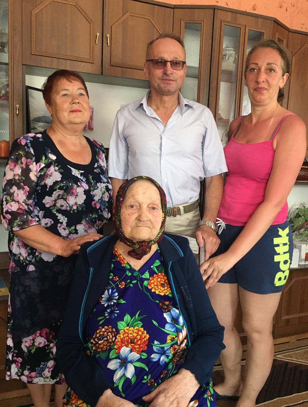 У 100 років – на «ти» з планшетом: на Чернігівщині привітали ювілярку. ФОТО