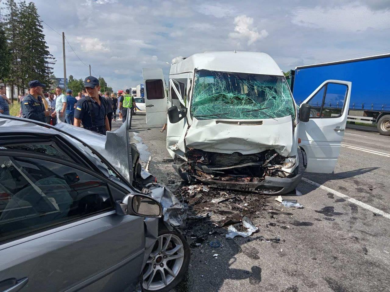 На трасі «Київ-Чернігів» легковик врізався в автобус: постраждали 9 людей