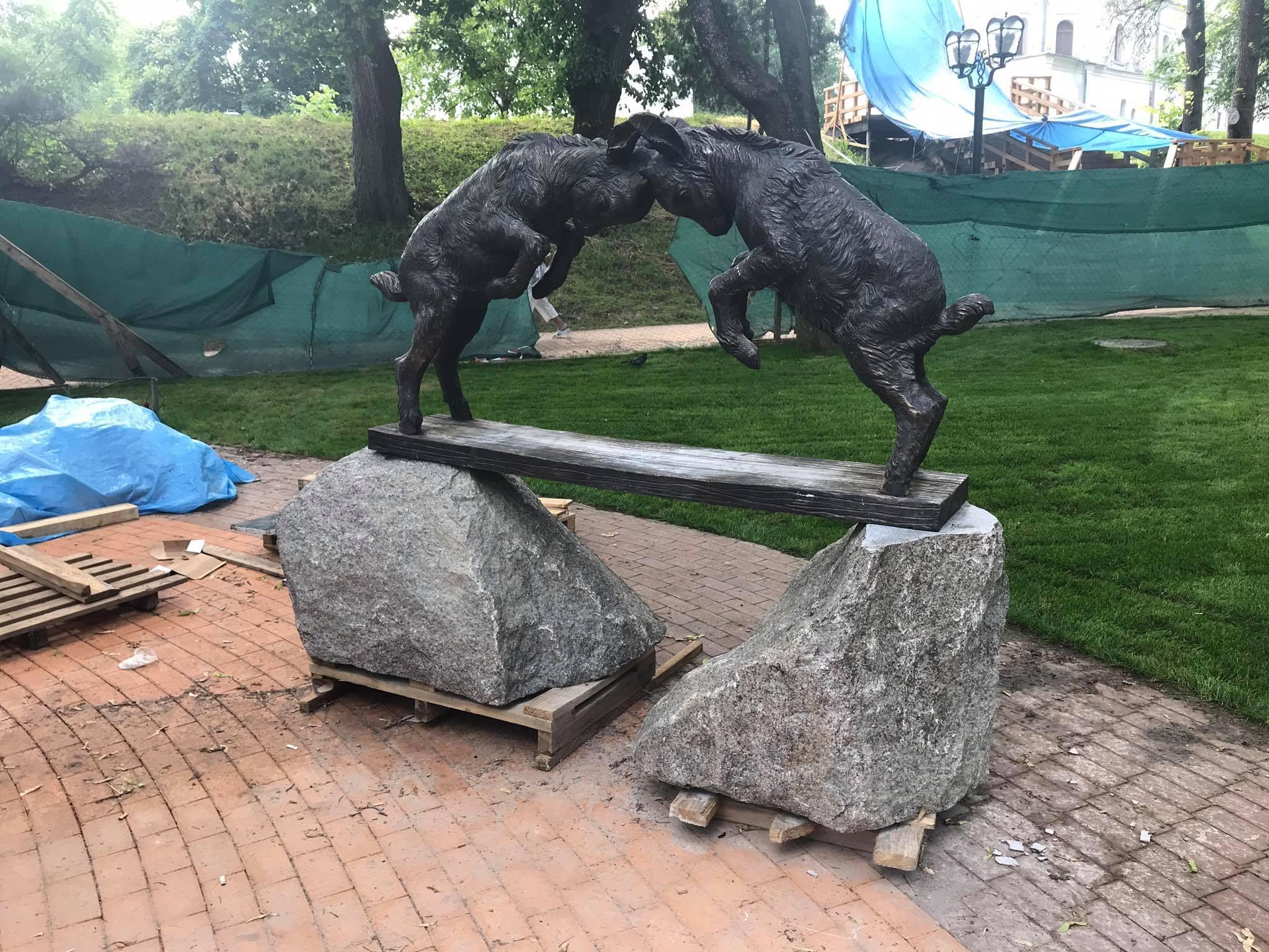 Скульптура з двома цапками для фонтану вже на Валу. ФОТОфакт