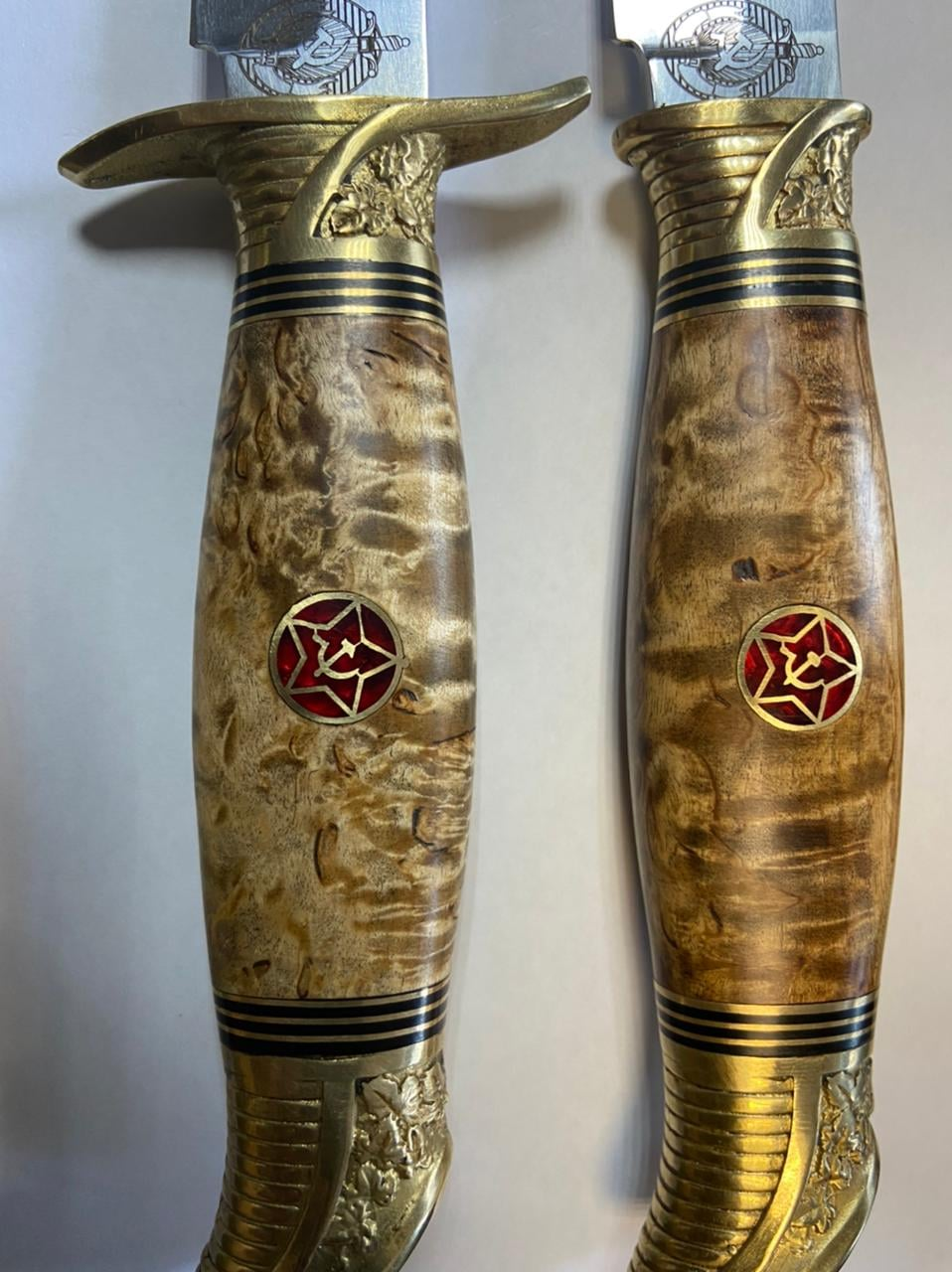 На Чернігівщині у молдованина прикордонники вилучили холодну зброю з символікою «серпа та молота»