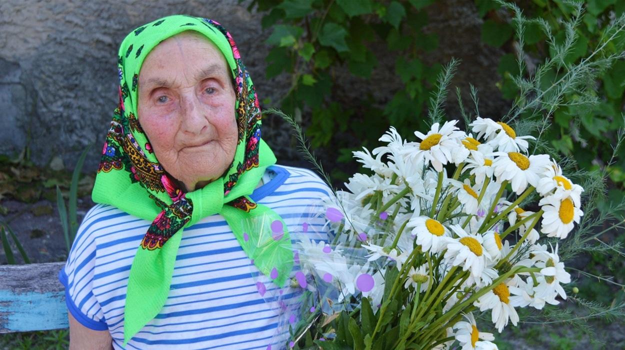 Танцями на вулиці відсвяткувала свої 102 роки Ганна Сухобок з Корюківки. ФОТО