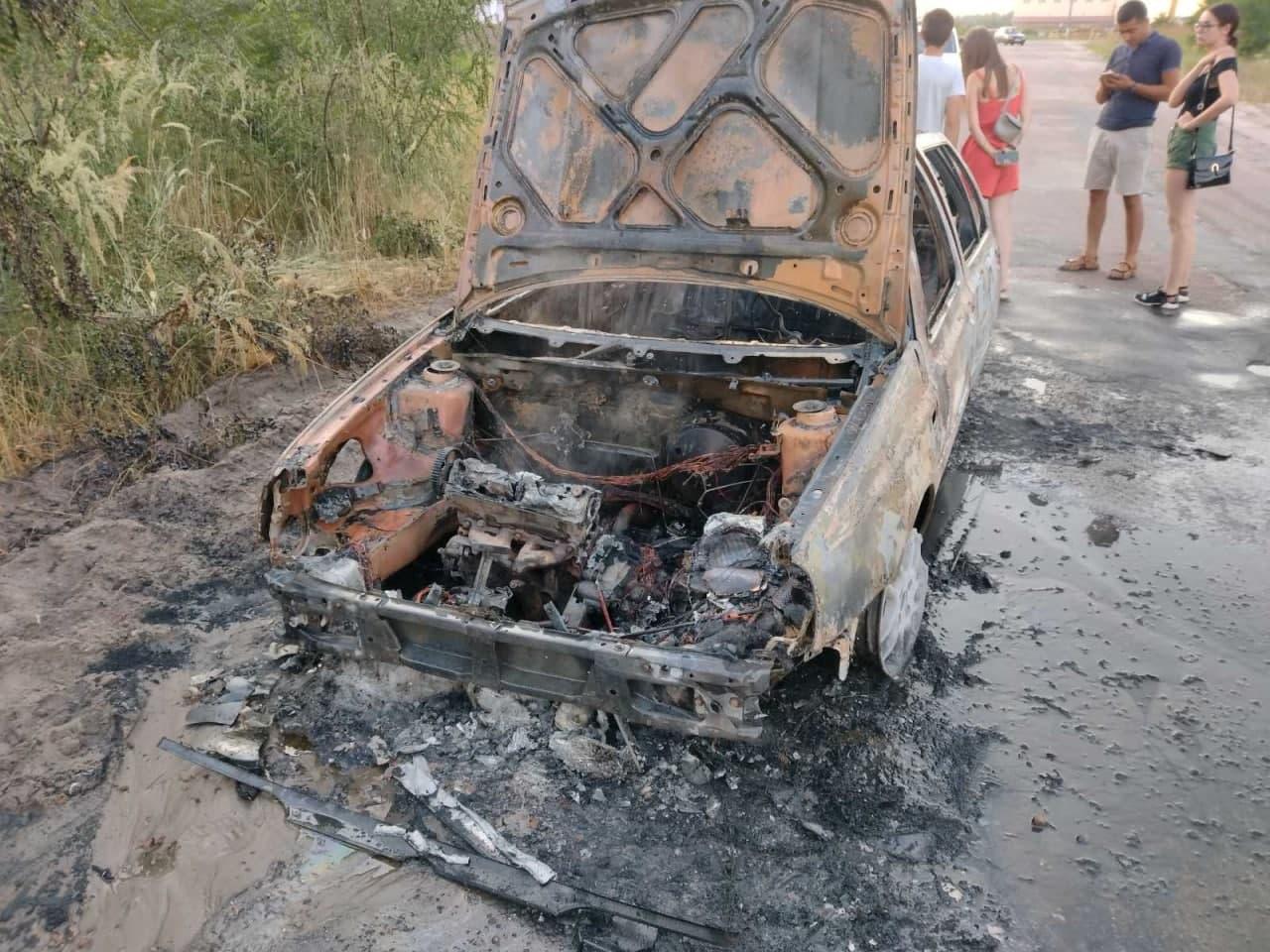 Неподалік Блакитних озер згорів автомобіль. ФОТО