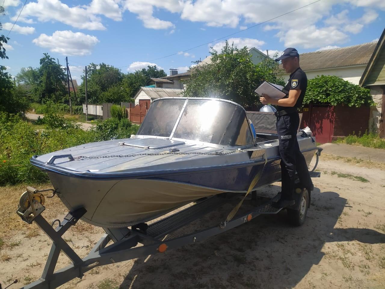 У Чернігові поліція опитала водія човна, який травмував плавця у Десні. ФОТО