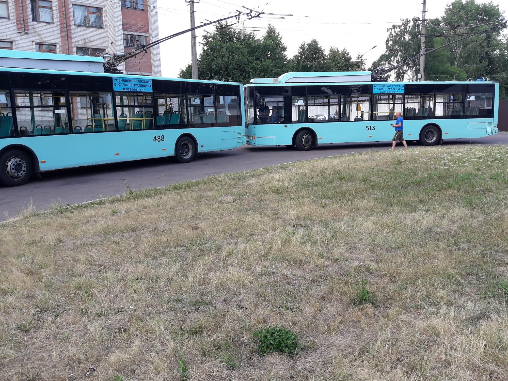 Мінус два тролейбуси: у Чернігові на кінцевій 10-го маршруту зіткнулися «рогатики». ФОТОфакт