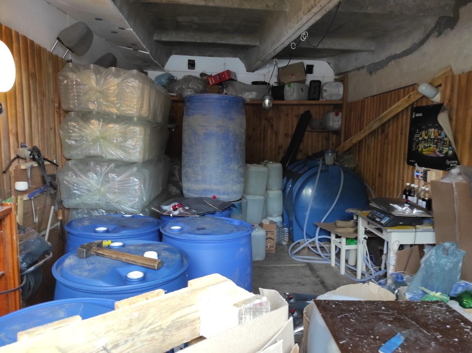 Майже 1000 літрів фальсифікату: чернігівець у гаражі облаштував підпільний «алкоцех». ФОТО