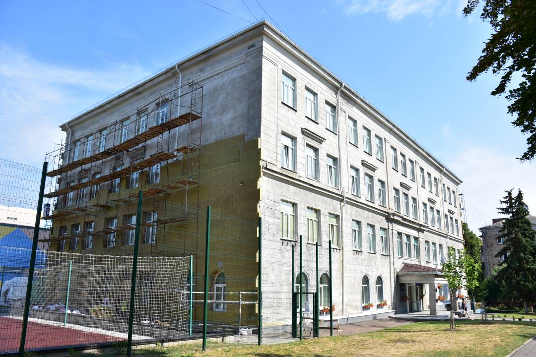 Матиме більш презентабельний вигляд: у Чернігові тривають роботи з утеплення фасаду школи №3. ФОТО