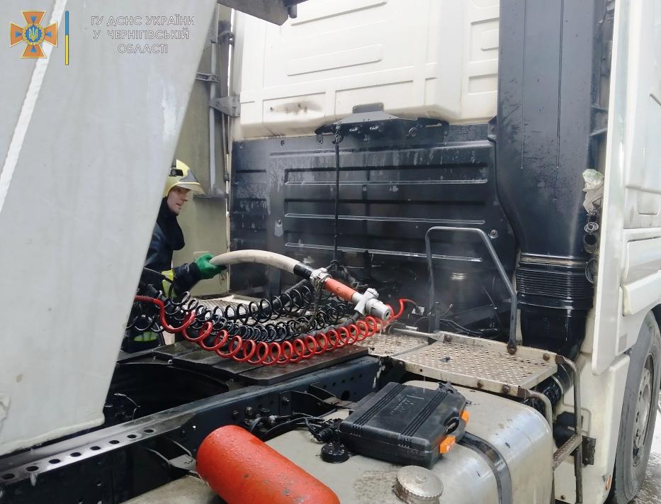 На Чернігівщині горіли дві автівки через несправну електричну систему. ФОТО