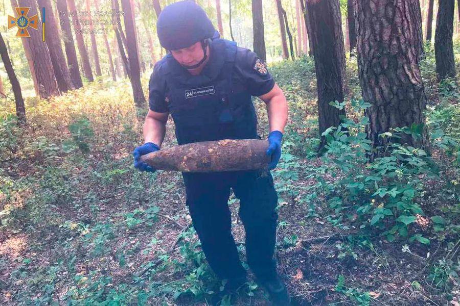 На Чернігівщині піротехніки знищили 62 боєприпаси. З них – 41 авіаційну бомбу
