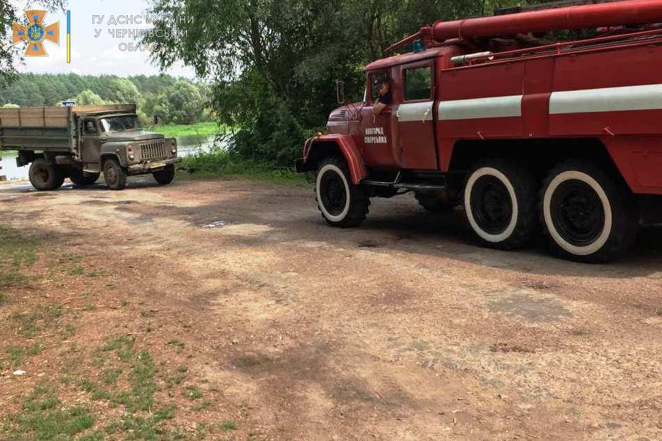 У Новгород-Сіверському районі рятувальники деблокували вантажівку, яка перекрила міст. ФОТО