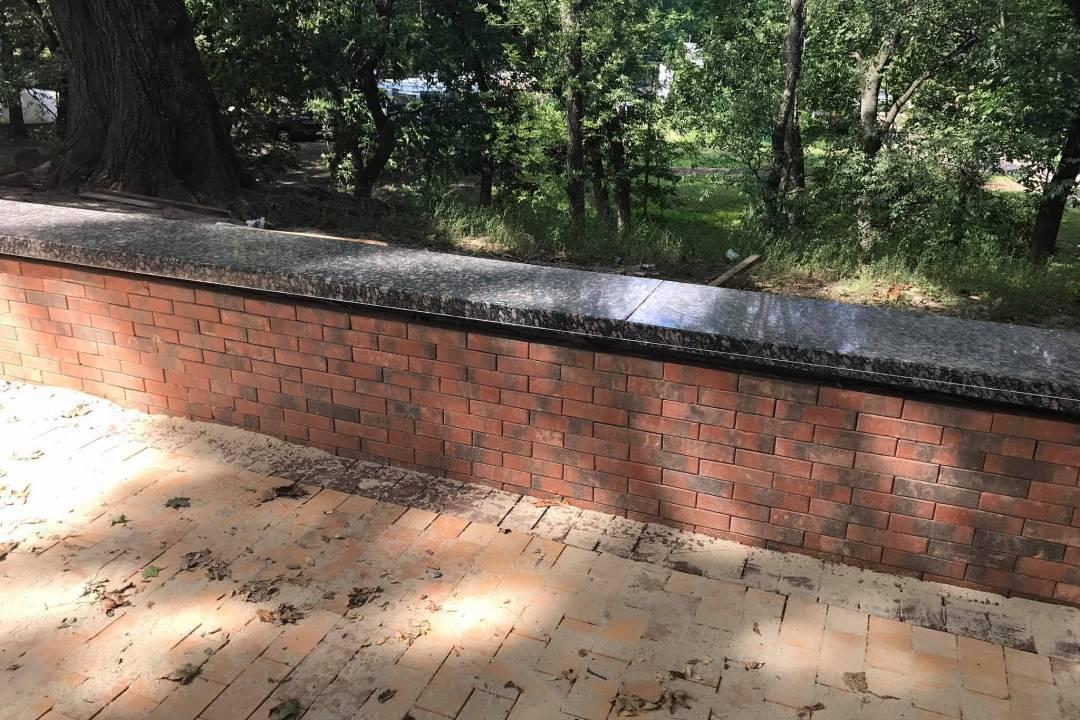 Старі гранітні плити з парапету на Валу оновили і повертають на місце. ФОТОфакт