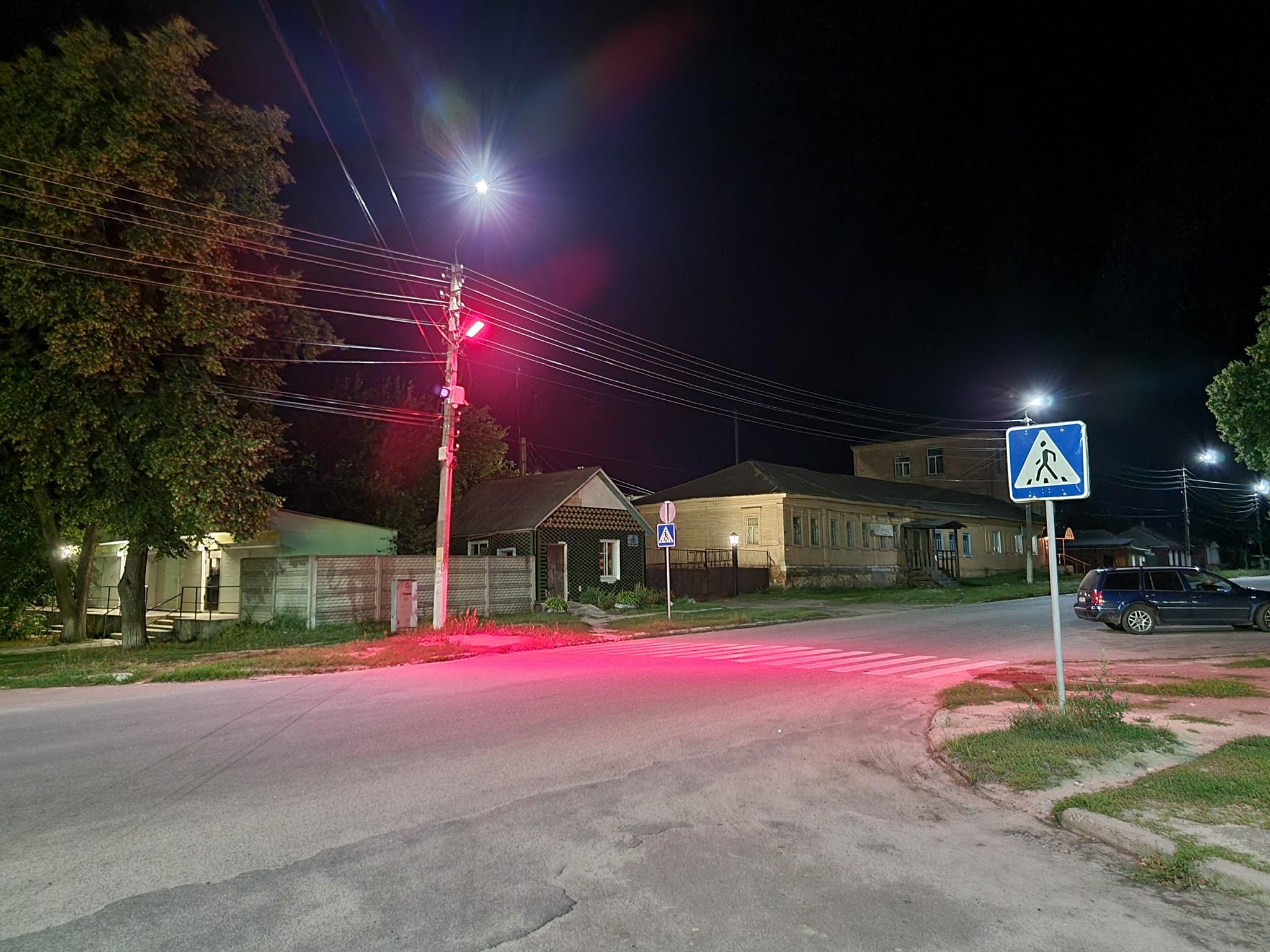 У Семенівці пішохідні переходи підсвітили червоним кольором. ФОТОфакт