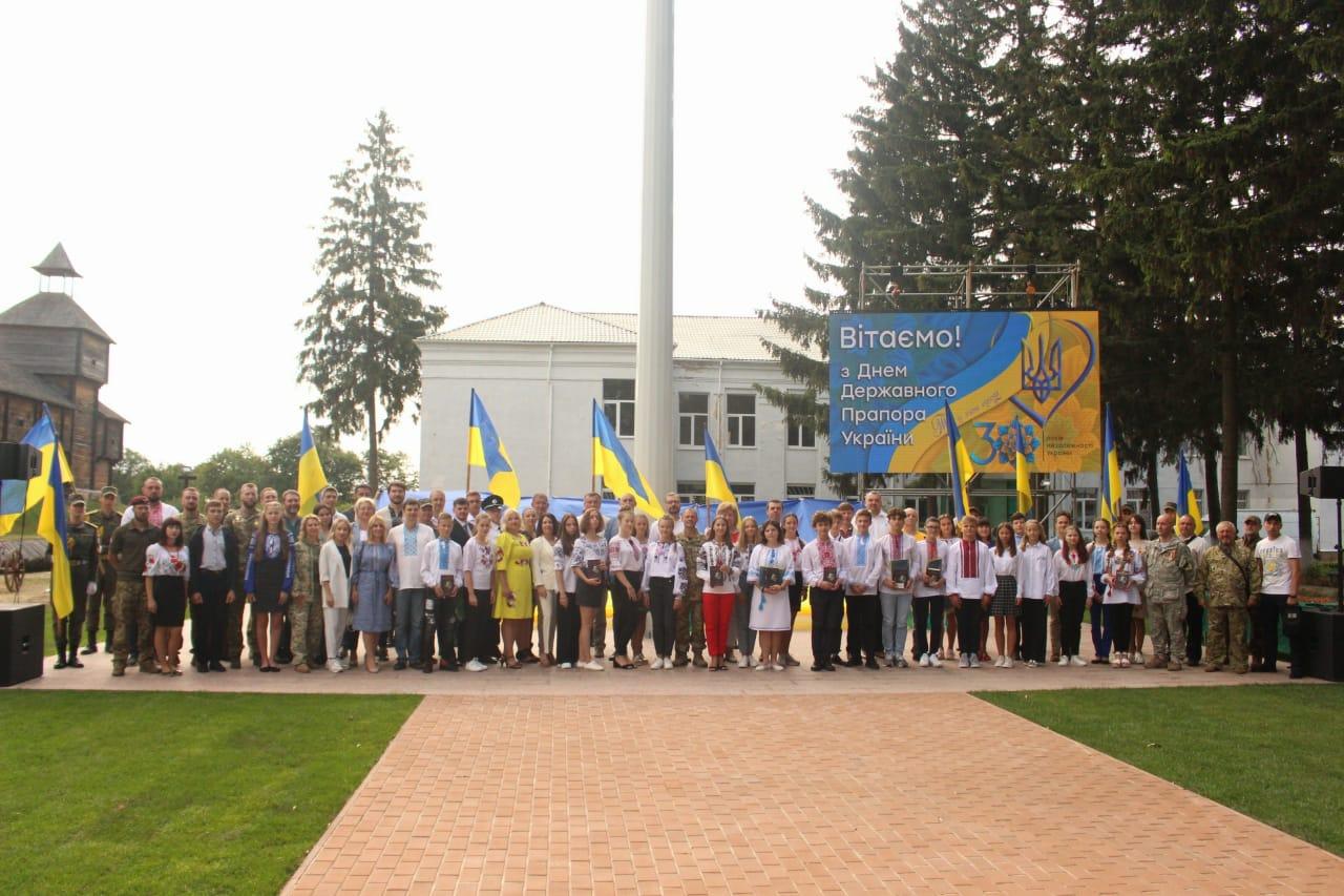 У Батурині підняли найбільший в області прапор України