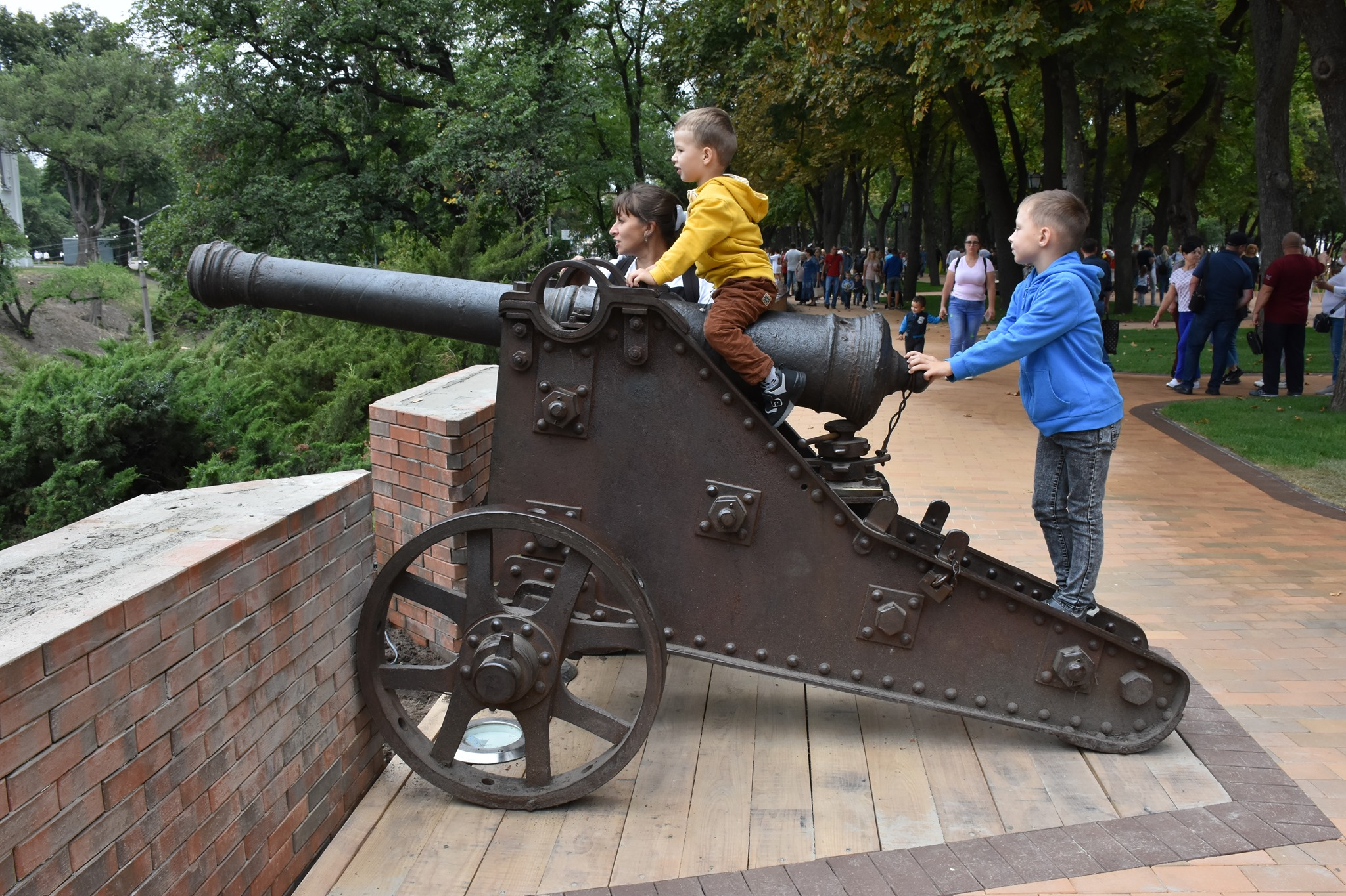 У Чернігові на День Незалежності відкрили оновлену Гарматну алею. ФОТО