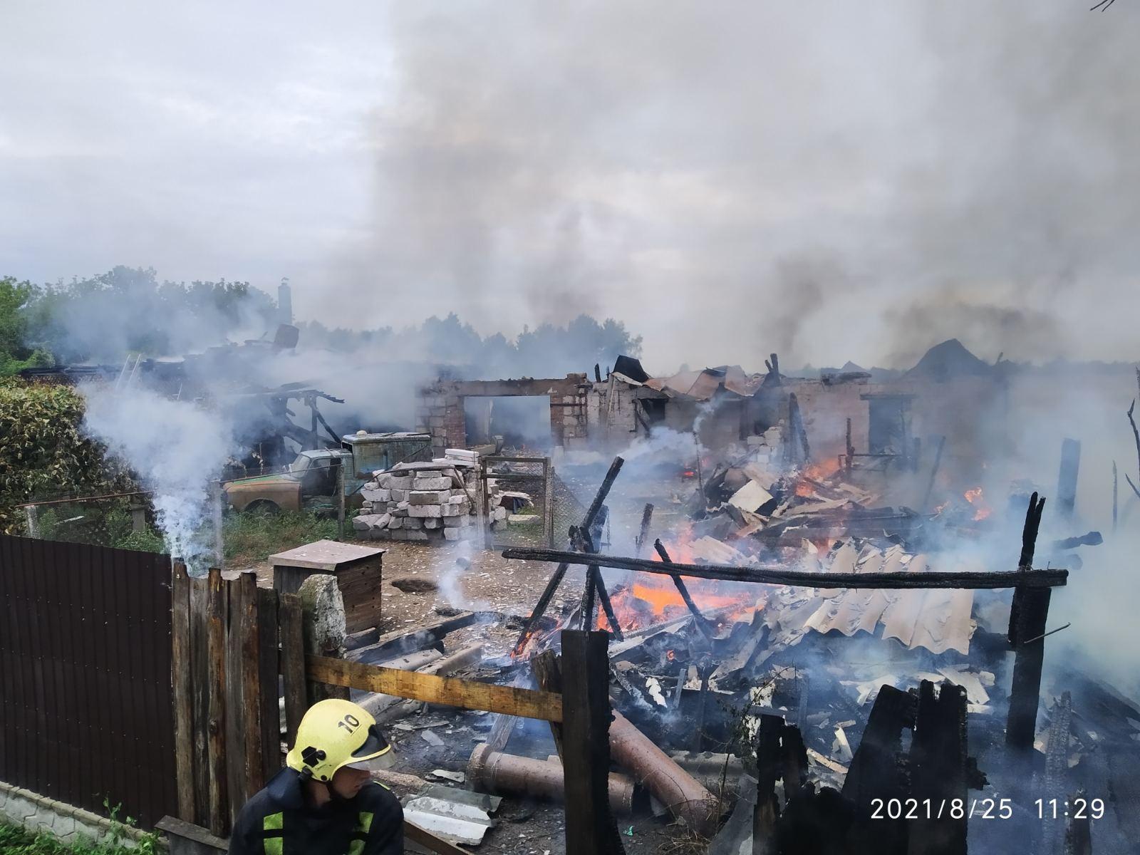 Пізно викликали рятувальників: на Чернігівщині згорів будинок, авто та ще дві будівлі. ФОТО