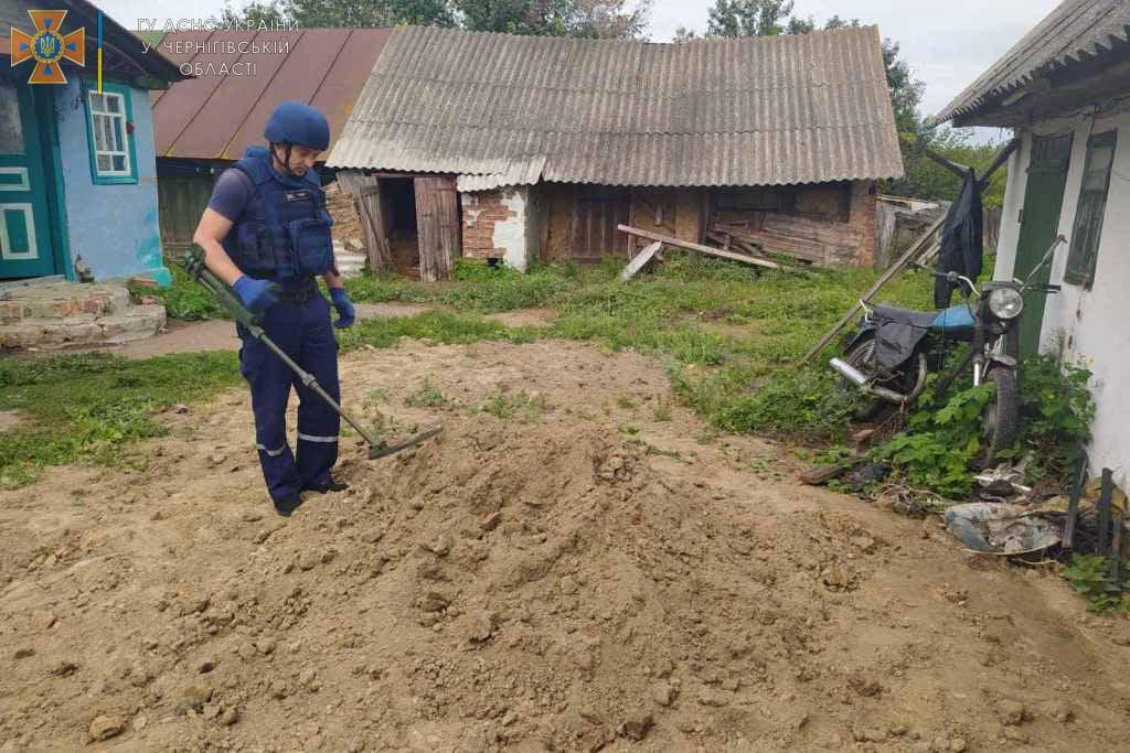 В одному з приватних господарств на Чернігівщині у купі з піском виявили боєприпас. ФОТО
