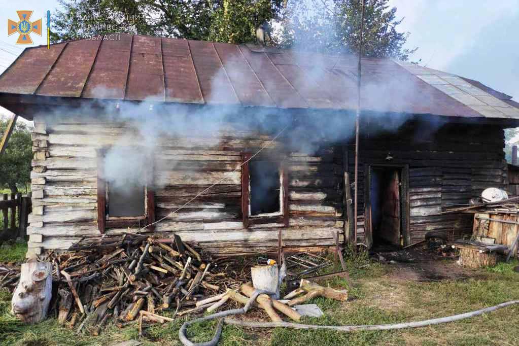 На Чернігівщині вогнеборці врятували 57-річного чоловіка з пожежі. ФОТО