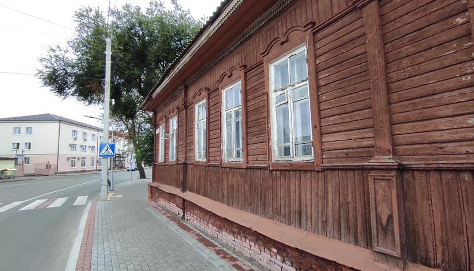 У Ніжині хочуть відновити дерев`яне мереживо на фасаді дитячої бібліотеки. ФОТО