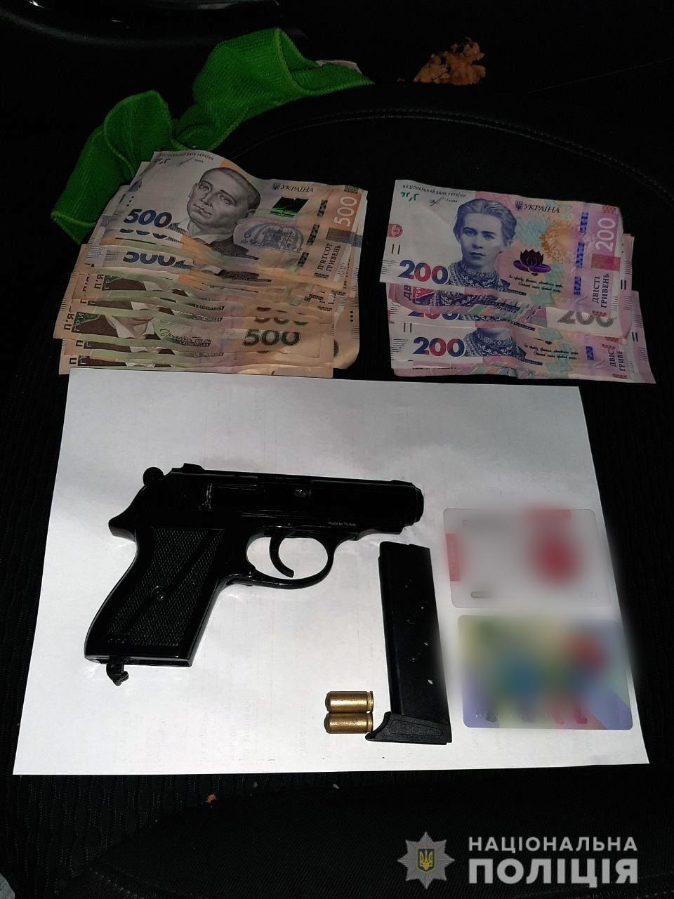 Обікрали за 4 хвилини: у Чернігові затримали двох озброєних чоловіків за підозрою в квартирній крадіжці. ФОТО