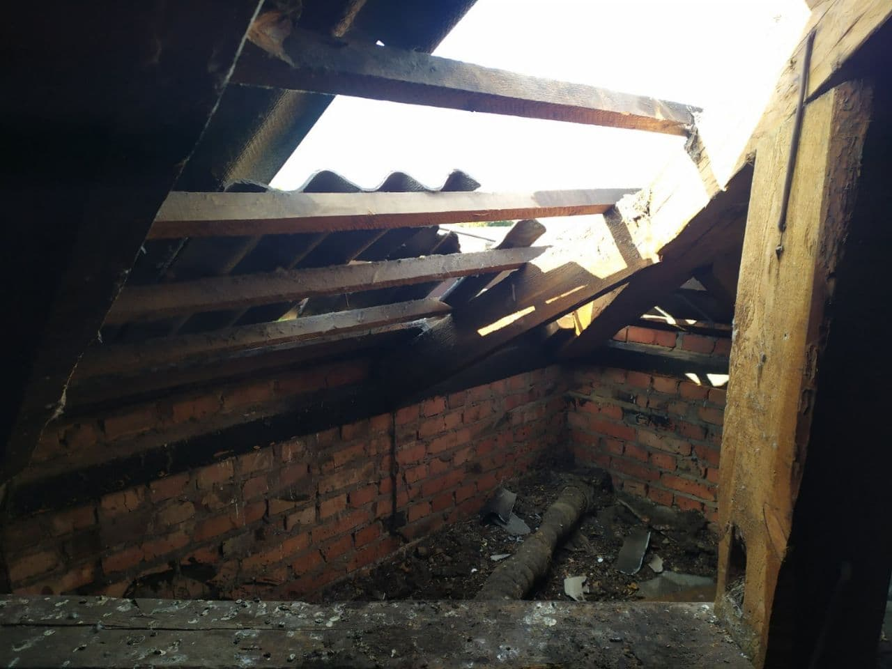У Чернігові через коротке замикання загорівся дах чотирихповерхового житлового будинку. ФОТО