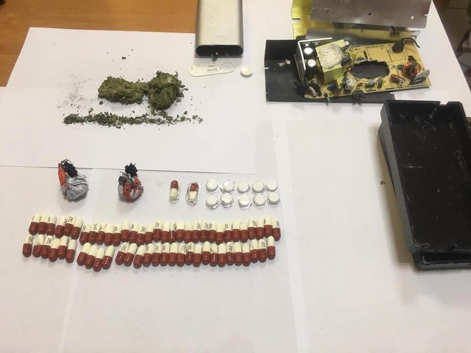 У Нових Яриловичах прикордонники виявили валізу з забороненими пігулками та наркотиками. ФОТО