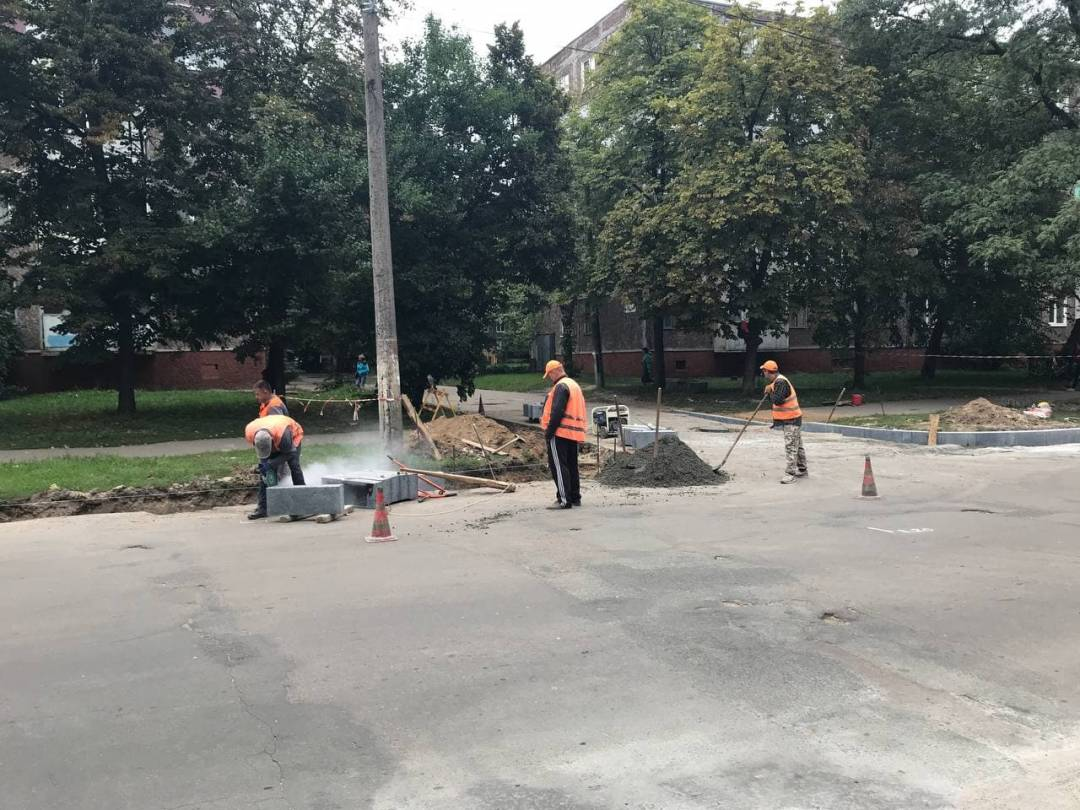 У Чернігові на вулиці Захисників України ремонтують дорогу. ФОТО