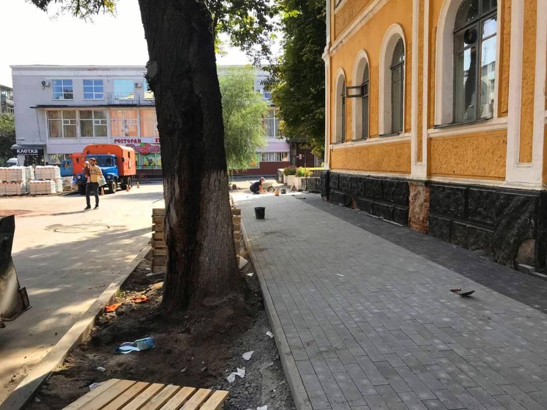 У Чернігові на вулиці Родимцева облаштовують тротуари. ФОТО